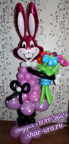 заяц из шаров с букетом