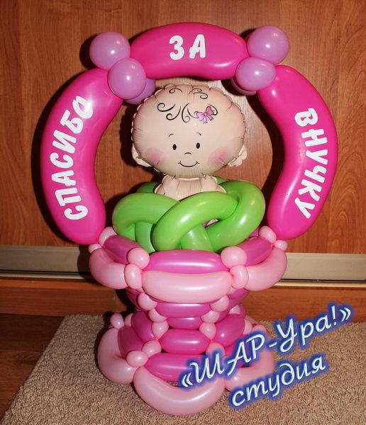 малыш в корзине из шаров