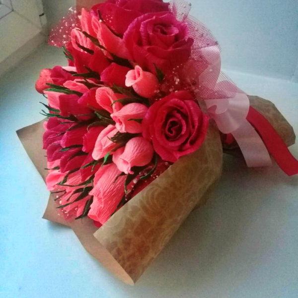 Букет конфетных цветов в крафтовой бумаге