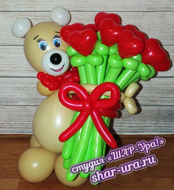мишка и букет красные сердечки из шаров